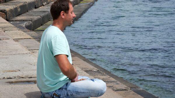 Мужчина на набережной имени Валентины Терешковой в Евпатории