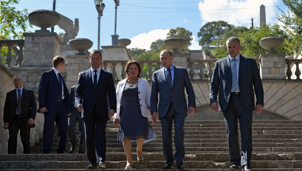 Президент РФ Владимир Путин и председатель правительства РФ Дмитрий Медведев во время осмотра в Керчи Митридатских лестниц. Архивное фото