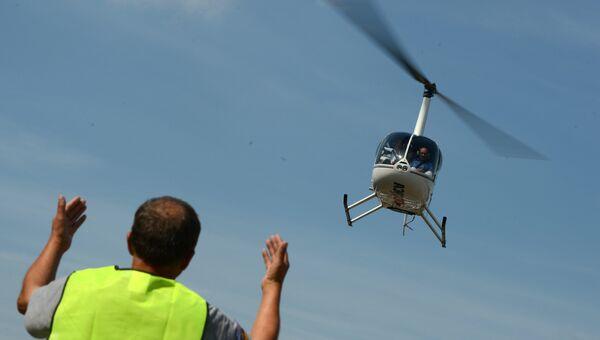 Взлетающий вертолет. Архивное фото