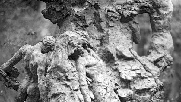 Фрагмент памятника советским гражданам и военнопленным солдатам и офицерам Советской армии, расстрелянным немецкими оккупантами в Бабьем яру во время Великой Отечественной войны 1941-1945 годов
