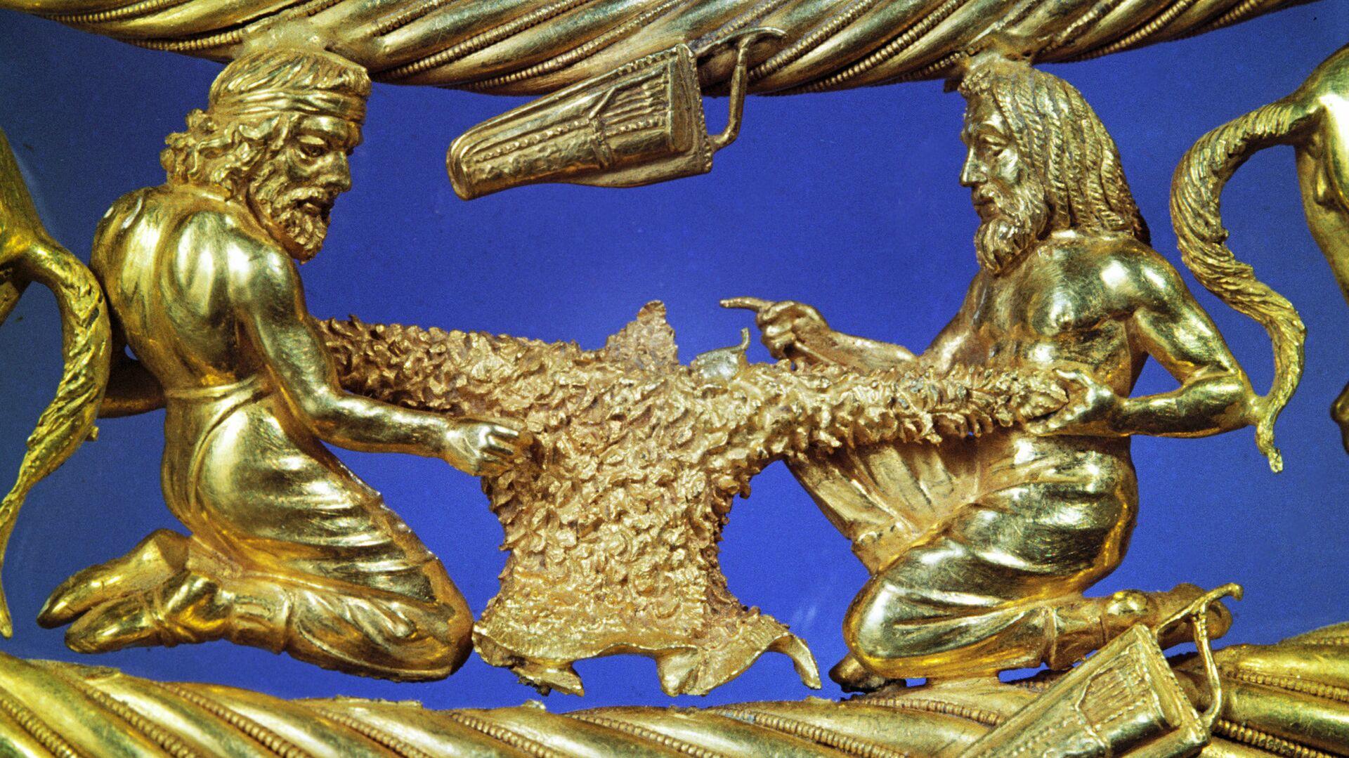 Фрагмент верхнего яруса золотой пекторали (нагрудное украшение). Архивное фото - РИА Новости, 1920, 22.11.2020