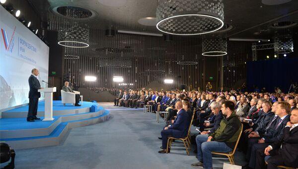 Президент РФ Владимир Путин выступает на пленарном заседании межрегионального форума Общероссийского народного фронта Форум действий. Крым