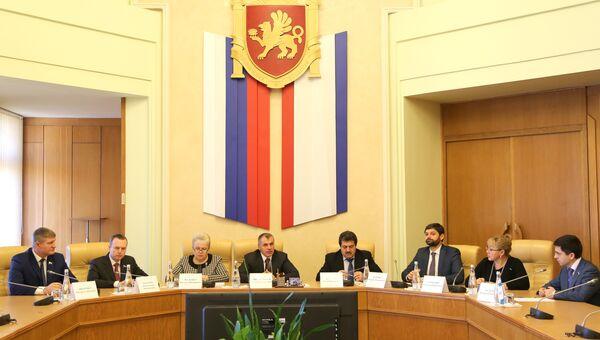 Председатель Государственного Совета РК Владимир Константинов провел совещание с депутатами Госдумы РФ от Крыма