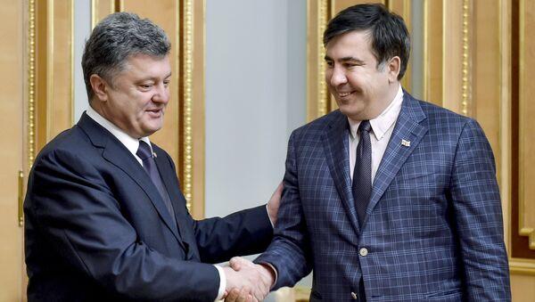 Президент Украины Петр Порошенко (слева) и председатель Одесской областной государственной администрации Михаил Саакашвили. Архивное фото
