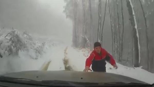 В Крыму автомобиль сбежал от своего водителя и перевернулся.