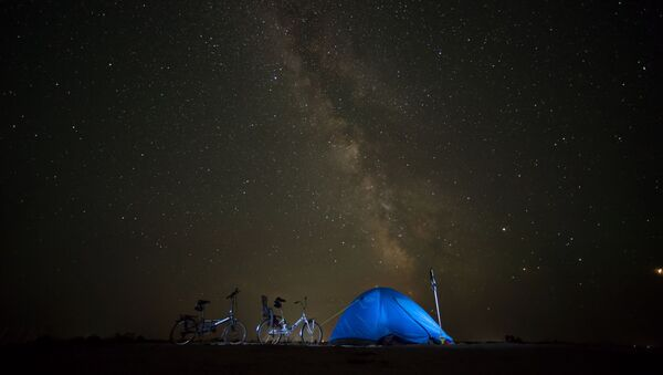 Палатка туристов на фоне ночного неба в Крыму