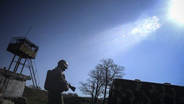 Военный на территории зенитно-ракетного дивизиона в Крыму.  Архивное фото