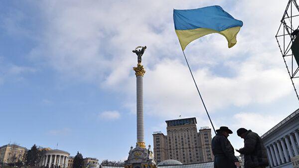Активисты с украинским флагом в Киеве