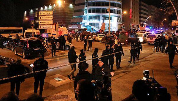 Турецкие полицейские в районе галереи в Анкаре, где было совершено нападение на посла России в Турции Андрея Карлова