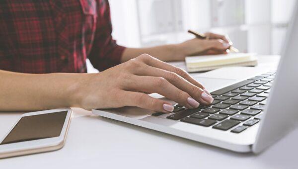 Девушка работает за компьютером. Архивное фото