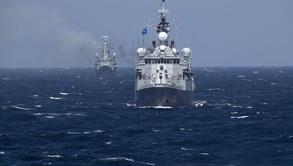 турецкий военный корабль во время учений НАТО
