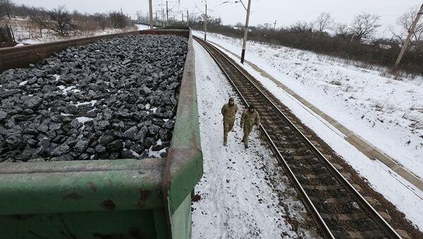 Участники торговой блокады Донбасса рядом с составом, груженным углем