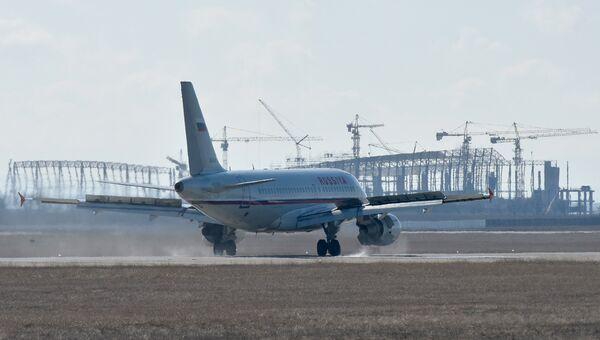 Взлет самолета в аэропорту Симферополь