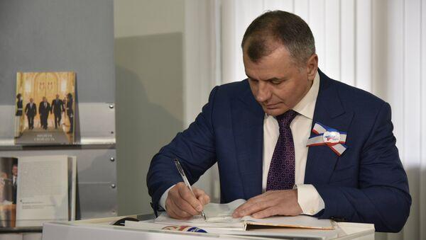 Председатель Государственного Совета РК Владимир Константинов подписывает свою книгу