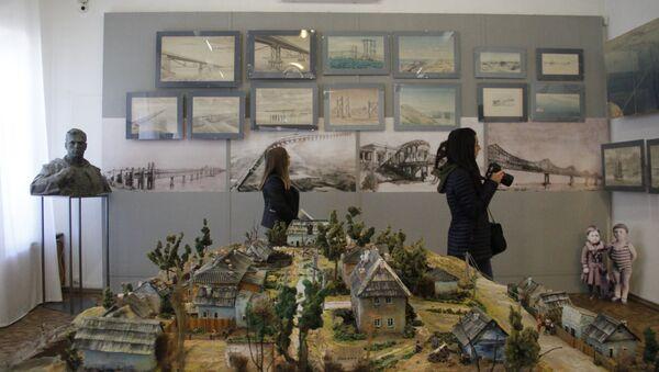 Выставка Крымский мост. Фантастическая реальность. На переднем плане: макет района Цементная Слободка в Керчи