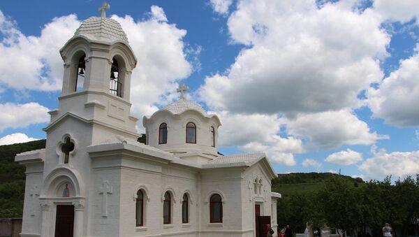 Восстановленная церковь в греческой деревне Лаки, уничтоженное 23 марта 1942 года после оккупации