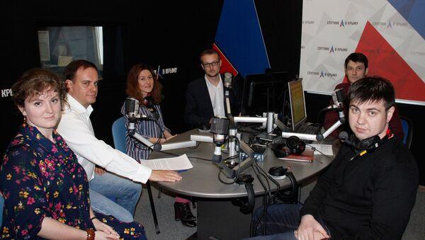 Участники выпуска программы От тебя зависит, посвященного прошедшему медиафоруму ОНФ Правда и справедливость, на радио Спутник в Крыму