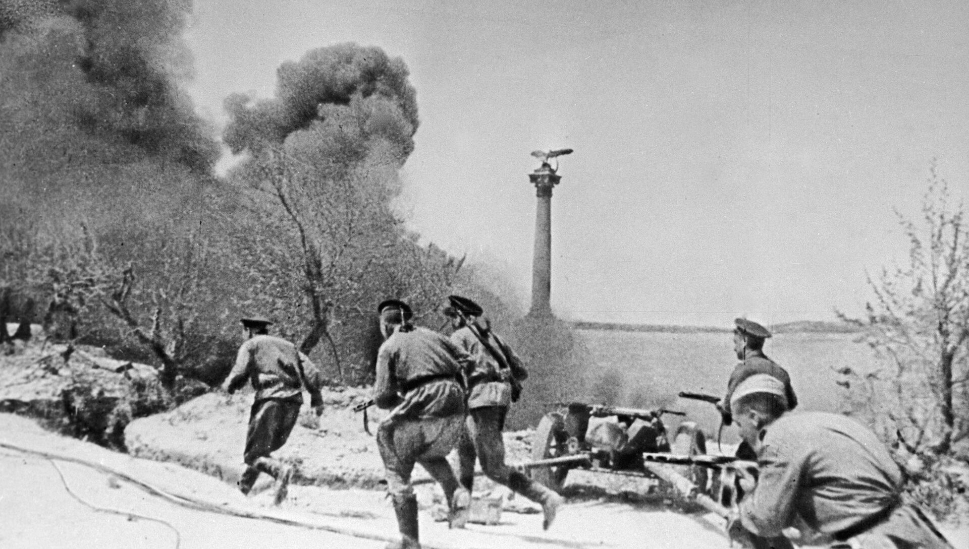 Морские пехотинцы во время боя в Севастополе во время Великой Отечественной войны - РИА Новости, 1920, 09.05.2021