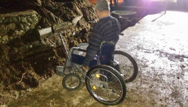 Инвалид-колясочник в Саках провалился в трансшею для труб