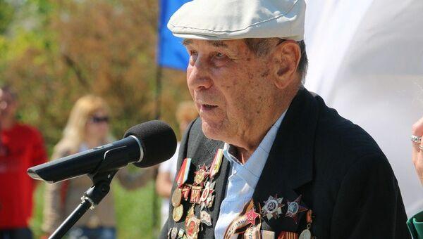 Ветеран Великой Отечественной войны Александр Лубенцов на открытии памятного знака Трактор-тягач ЧТЗ С-60 Сталинец в Керчи