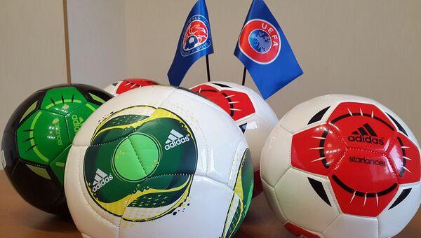 КФС получил партию футбольных мячей от УЕФА
