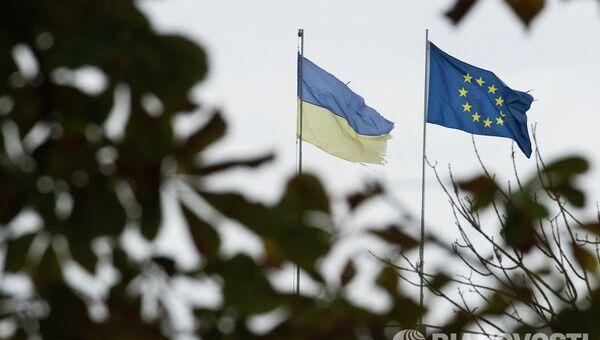 Флаги Украины и Европейского союза на одной из улиц Киева. Архивное фото