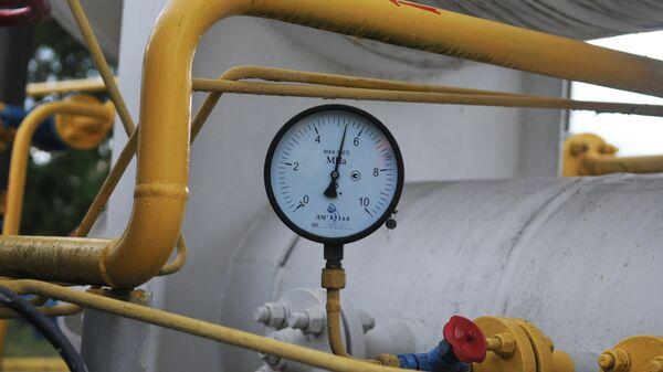 Манометр на объекте высокогорной газокомпрессорной станции Воловец в Закарпатской области, Украина