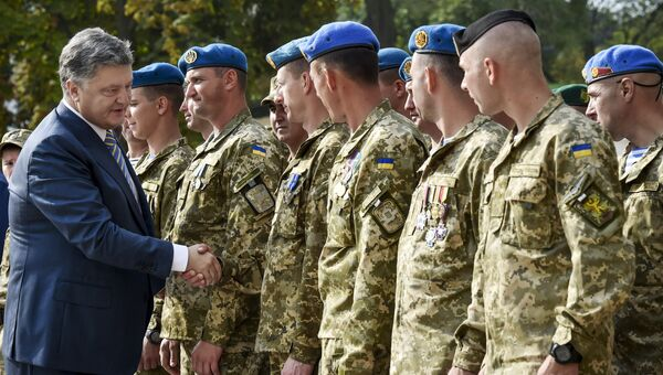 Президент Украины Петр Порошенко общается с военнослужащими