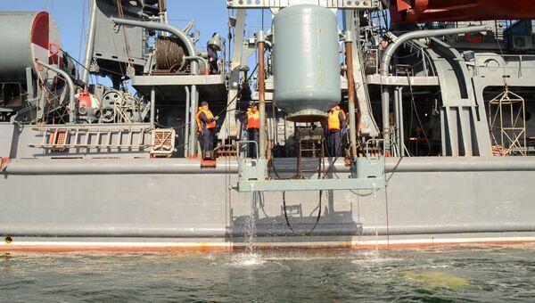 Экипаж спасательного судна Черноморского флота Эпрон отрабатывает действия по спасению экипажа подводной лодки