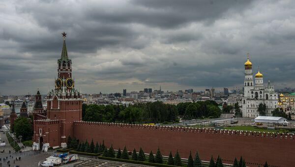 Вид на Спасскую башню и Колокольню Ивана Великого в Москве