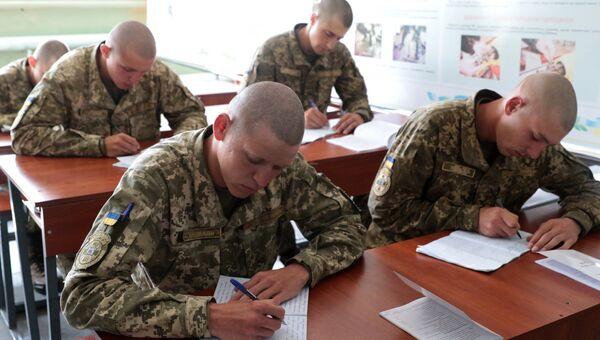 Военнослужащие ВСУ во время военных учений на Яворовском полигоне во Львовской области