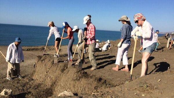 Волонтеры вскрывают законсервированные в прошлом году квадраты раскопок на территории крепости Керчь