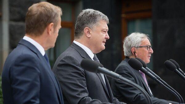 Президент Украины Петр Порошенко, президент Еврокомиссии Жан-Клод Юнкер и президент Европейского совета Дональд Туск на брифинге после саммита Украина-ЕС. 13 июля 2017