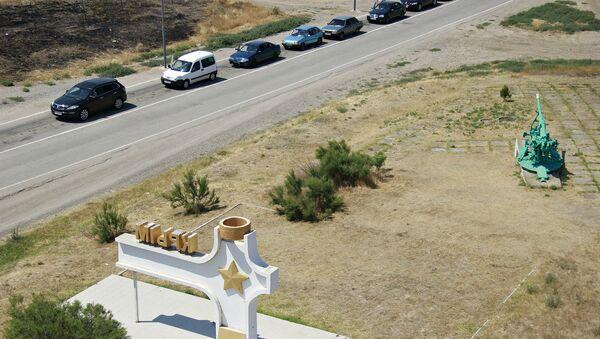 Автомобили перед въездом в пункт пропуска Джанкой на границе России и Украины