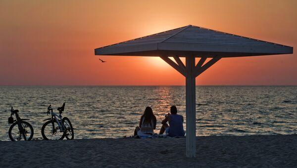 Отдыхающие на пляже на берегу Черного моря. Архивное фото