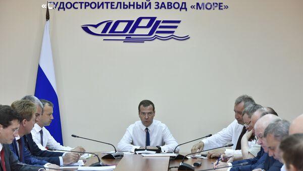 Председатель Правительства России Дмитрий Медведев проводит совещание о перспективах развития промышленности в Республике Крым и Севастополе на судостроительном заводе Море в Феодосии