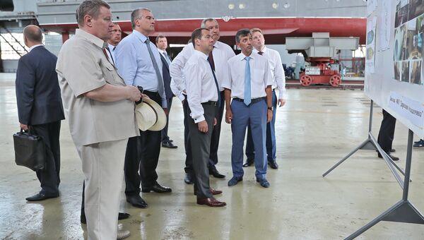 Председатель Правительства РФ Дмитрий Медведев на судостроительном заводе Море в Феодосии