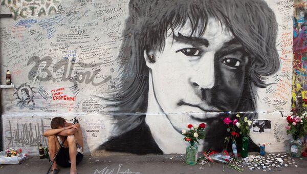Стена памяти музыканта Виктора Цоя на улице Арбат в Москве. Архивное фото