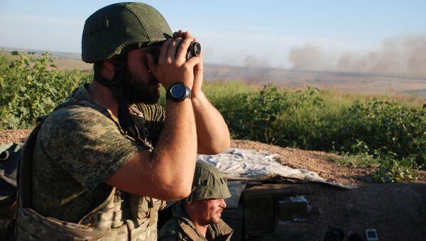 Бойцы ополчения ДНР на позиции у линии соприкосновения. Архивное фото