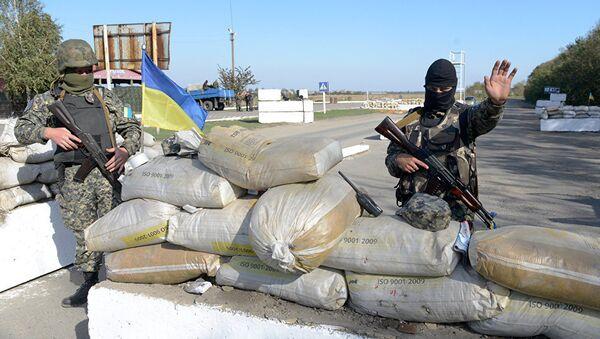 Украинские военные на КПП в Мариуполе
