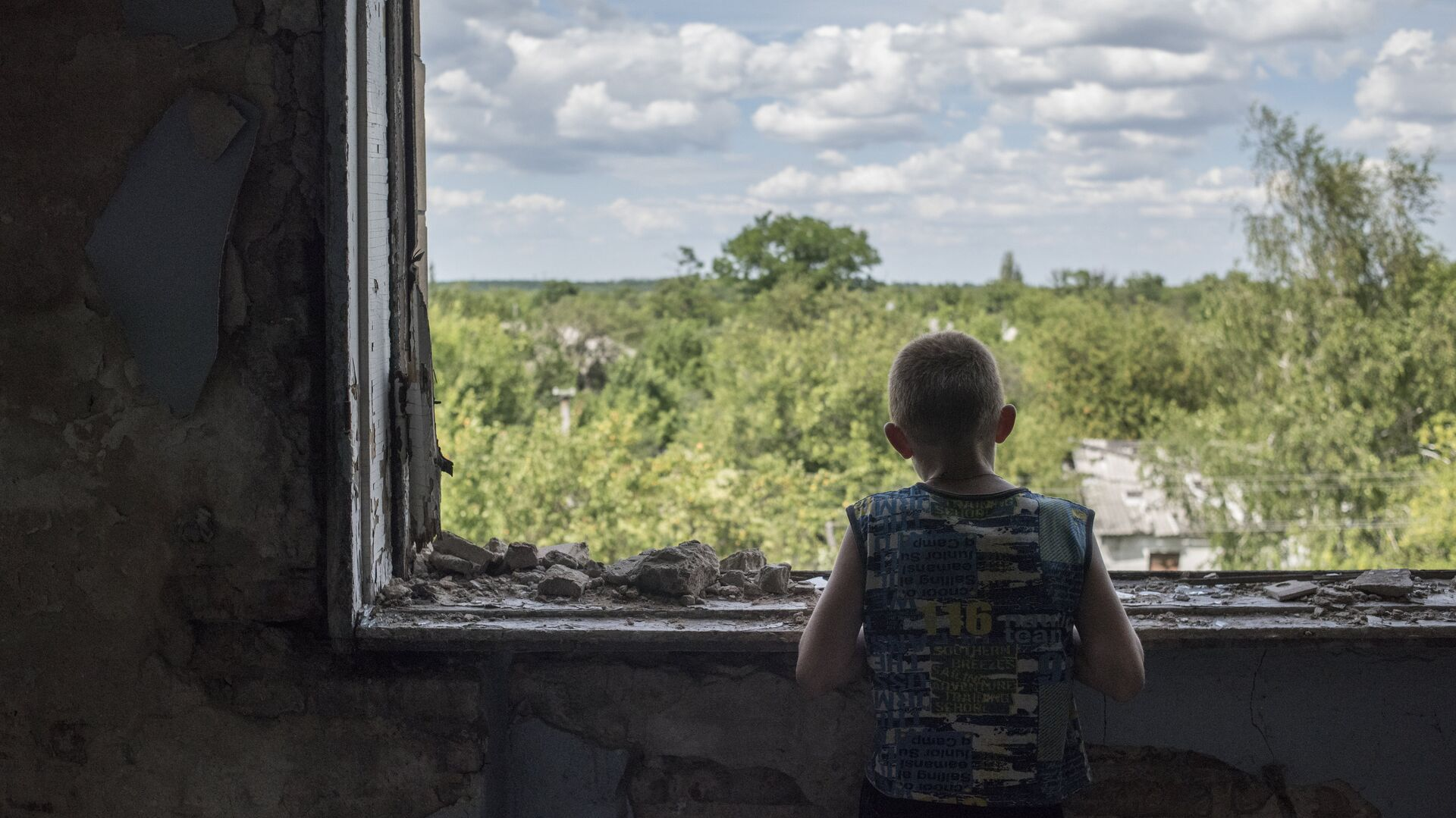 Подросток у окна в разрушенном спортивном зале средней школы в Горловке. Архивное фото - РИА Новости, 1920, 21.09.2021