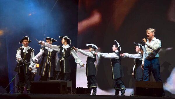 Выступление Дмитрия Харатьяна на открытии фестиваля детского кино Солнечный остров в Евпатории
