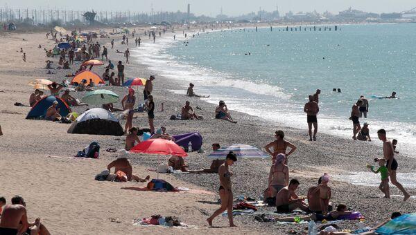 Отдыхающие на пляже в Евпатории