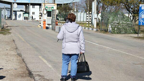 Женщина на пункте пропуска Перекоп (с украинской стороны - Чаплынка)