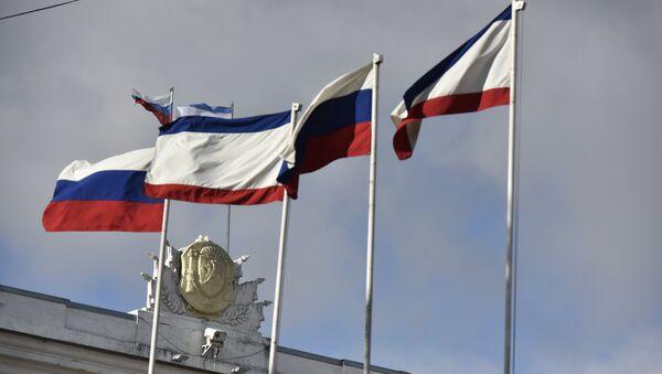 Флаги РФ и Республики Крым на здании Совета министров РК в Симферополе