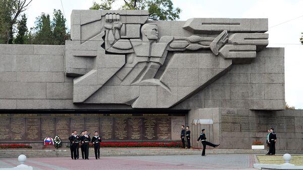 Мемориальная стена в честь героической обороны Севастополя 1941-9142 годов
