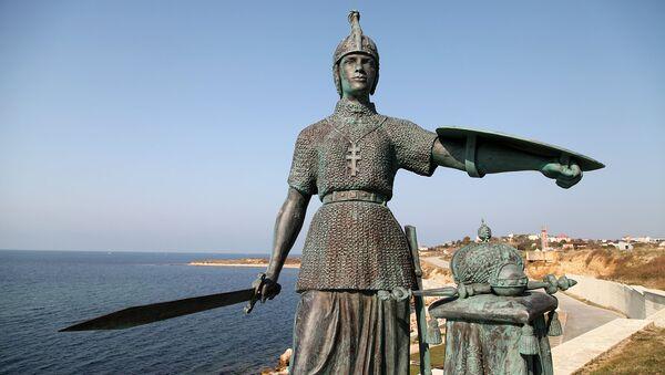 Копия скульптуры Николая Лаверецкого Россия, установленная на возвышенности у входа в Константиновскую батарею