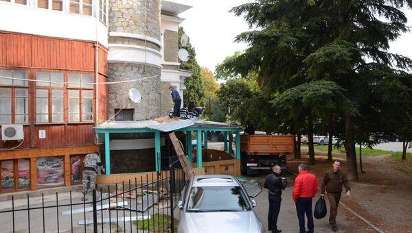 Демонтаж летней площадки кафе в Ялте