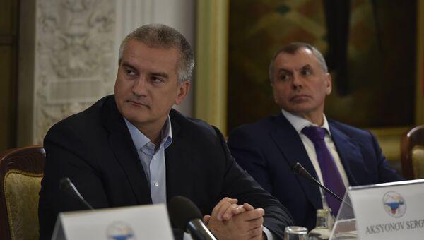 Глава Крыма Сергей Аксенов (слева) и председатель Госсовета РК Владимир Константинов (справа) на форуме друзей Крыма в Ялте