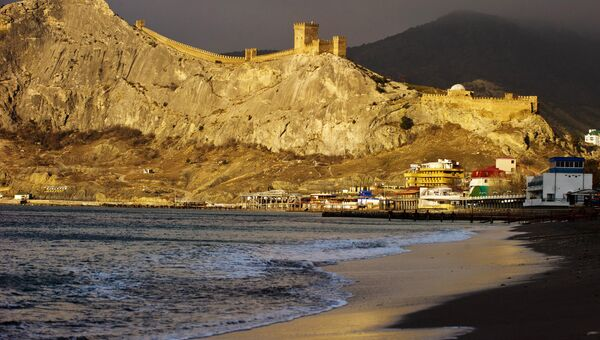 Зимний Крым. Генуэзская крепость и берег Черного моря на рассвете в Судаке